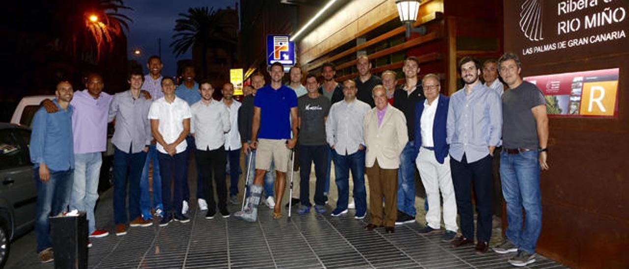 Los jugadores del Granca, el cuadro técnico y directivo, en la entrada del restaurante Ribera del Río Miño.