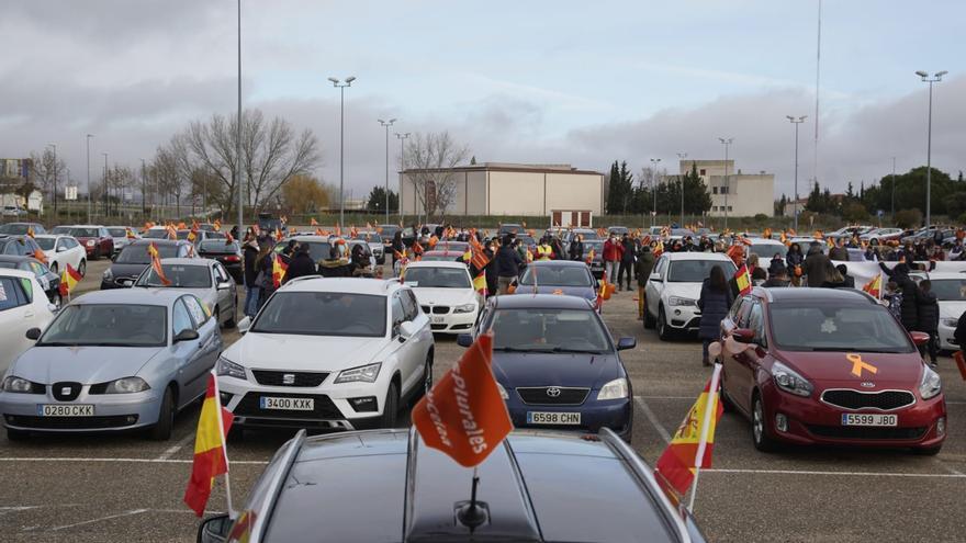 GALERÍA   Más de 200 coches salen a la calle en Zamora para protestar contra la Ley Celaá