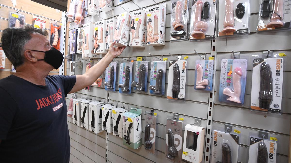 Cerdán coge un juguete para adultos de los que vende en su comercio de Murcia.
