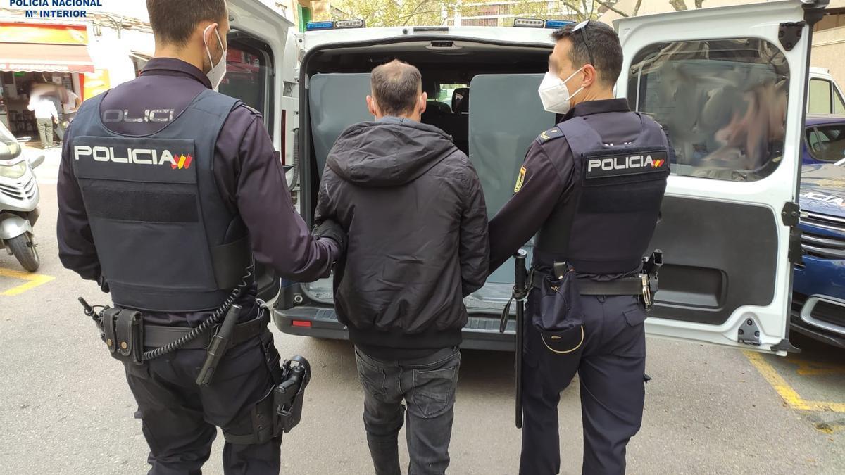 Agentes de la Policía Nacional trasladan al ladrón detenido.