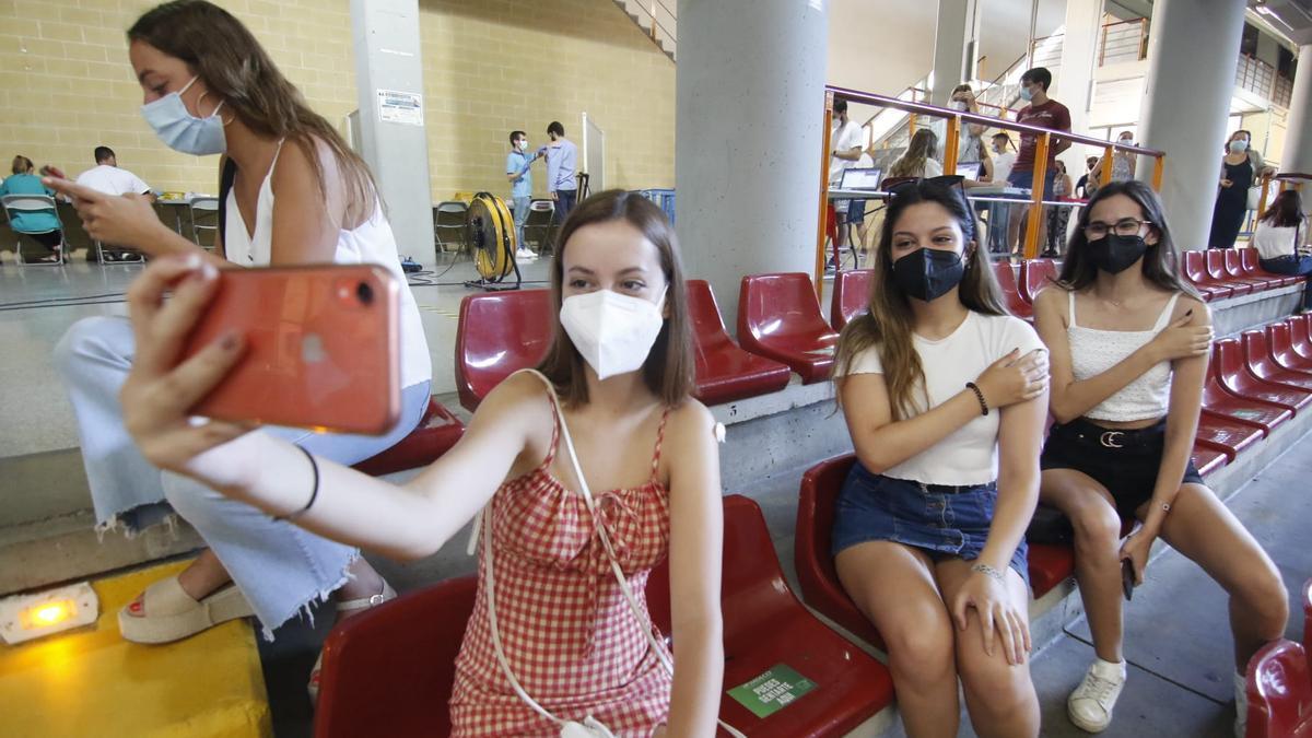 Unas jóvenes se hacen un selfie tras vacunarse este martes en Córdoba.