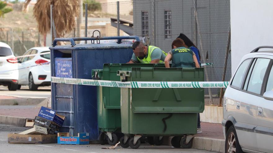 Revisan el contenedor de Torrevieja donde se han encontrado los restos de un cuerpo descuartizado