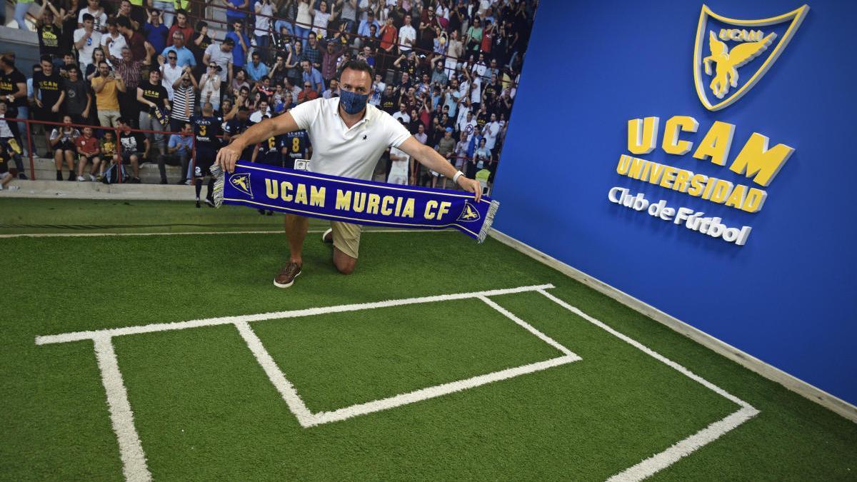 José María Salmerón, con la bufanda del club universitario. israel sánchez