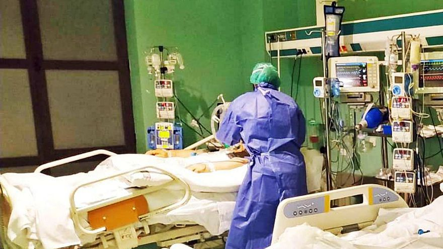 La pandemia da un respiro al caer los contagios aunque se mantiene la presión en la UCI