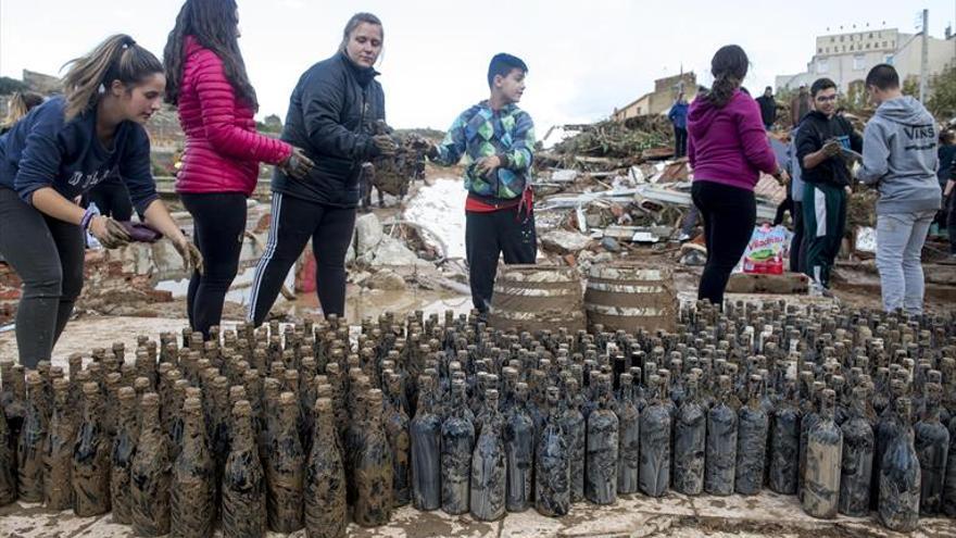 La bodega destruida por la riada vende el vino sacado del barro