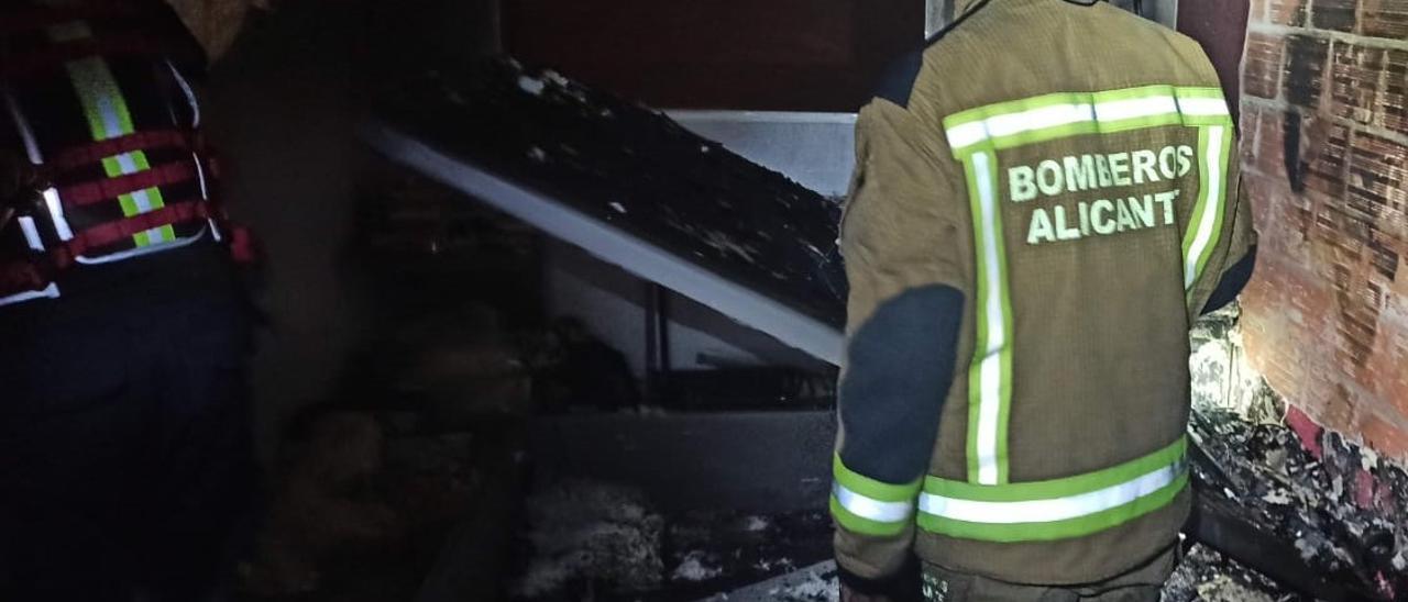 Imagen del incendio registrado en la calle Los Pueblos de Alicante.