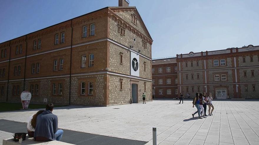 Un grupo de estudiantes pasea por las instalaciones exteriores del Campus Viriato.