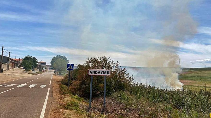 Conato de incendio al lado de las viviendas en Andavías, sofocado con rapidez