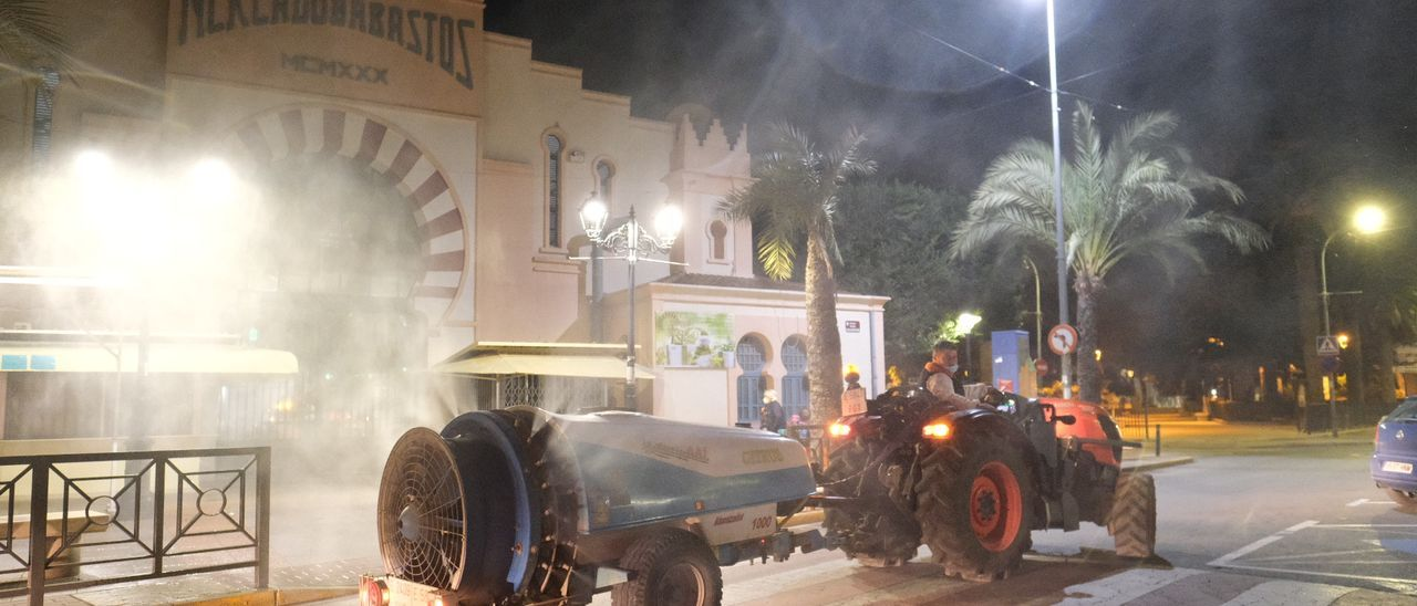 Los tractoristas de Aspe llevan a cabo fumigaciones periódicas por las calles desde el comienzo de la pandemia.