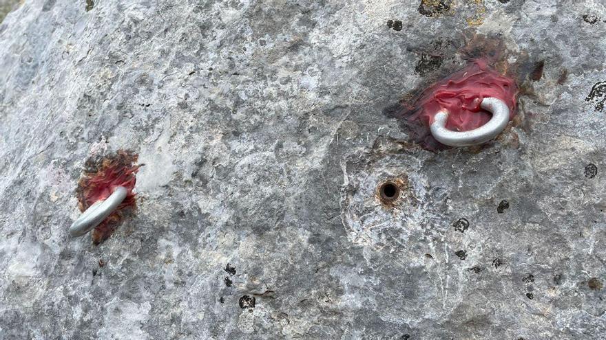 Denuncian el «impacto visual» de unos anclajes en una cueva de la Serra