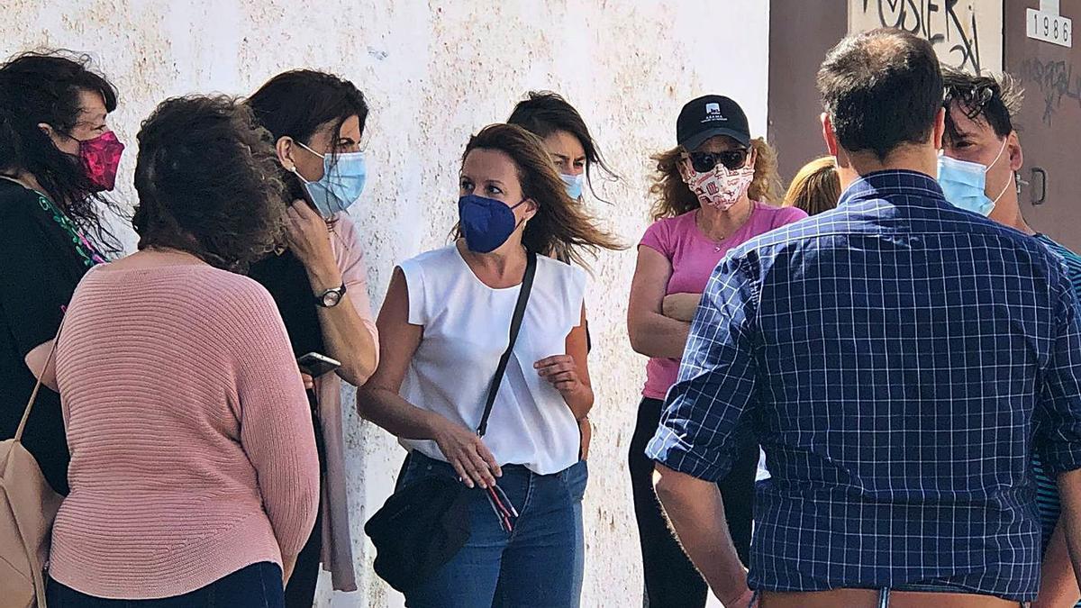 Rosa Dávila, en el centro, durante su visita ayer al IES Guaza. | | E.D.