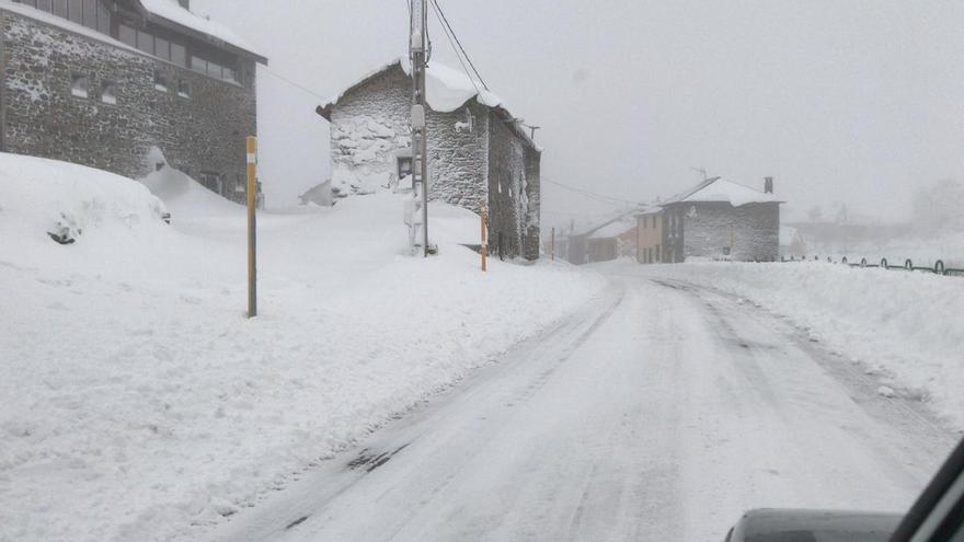 La semana en Asturias comienza con frío, lluvia y descenso de la cota de nieve