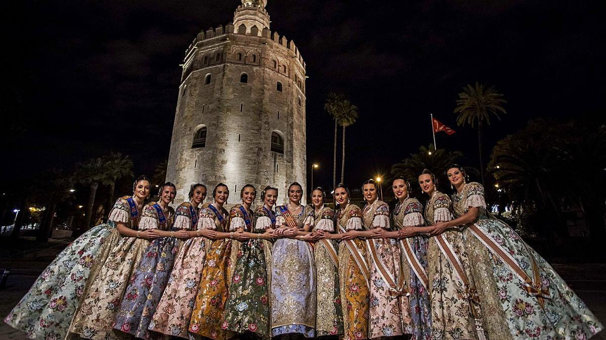 Consuelo y la corte, en Sevilla, con motivo del Extra de Fallas de Levante-EMV   F. BUSTAMANTE