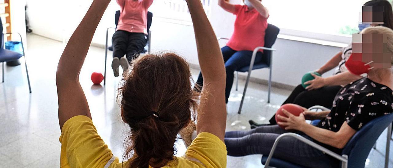 Usuarias de la Asociación de Alzheimer de Elda, Petrer y Comarca, en uno de los talleres. | ÁXEL ÁLVAREZ
