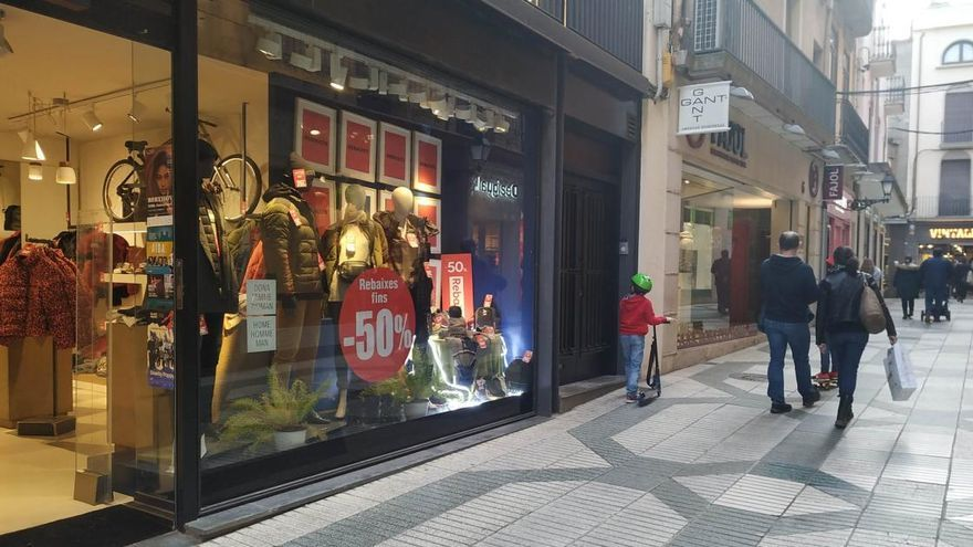 El govern prohibeix rebaixes a les botigues però les admet «online»