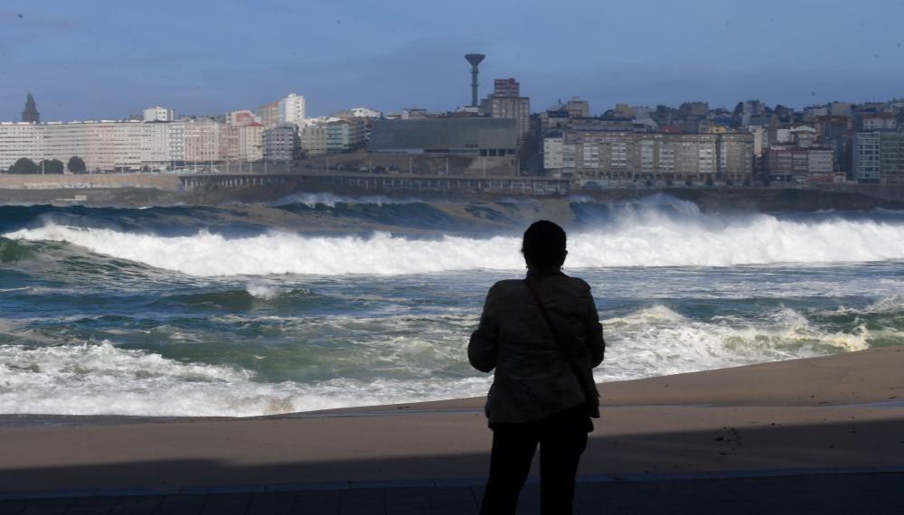 Cerrado un tramo del paseo marítimo por las malas condiciones del mar.