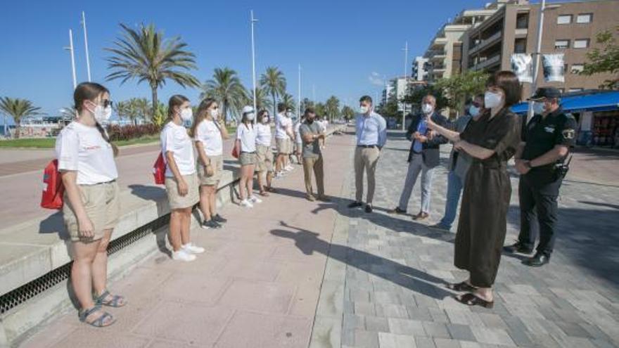 Turisme  Gandia i Oliva tenen a 50 joves treballant en les platges per complir les normes sanitàries