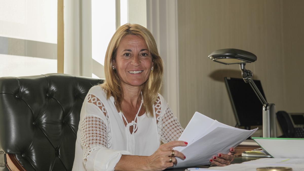 La exalcaldesa Elena Nevado posa en el despacho de alcaLdía durante su mandato.