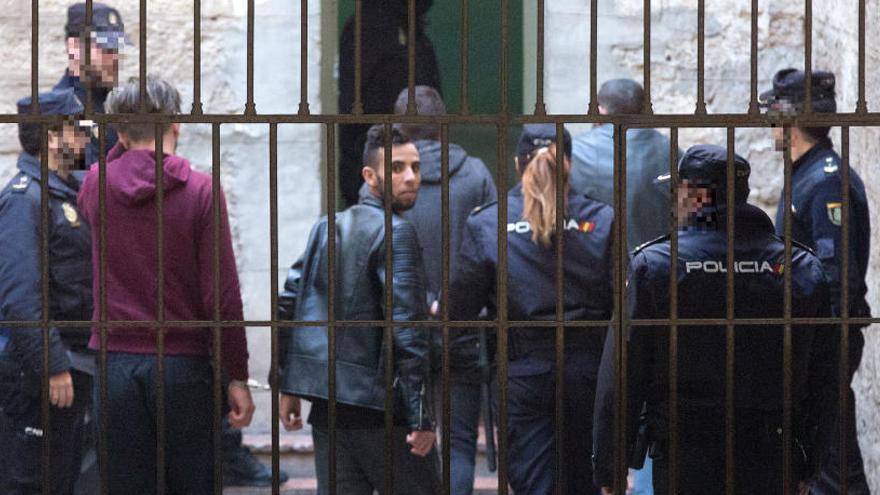 Los diez detenidos en Alicante violaron durante 24 horas a una menor de 14 años