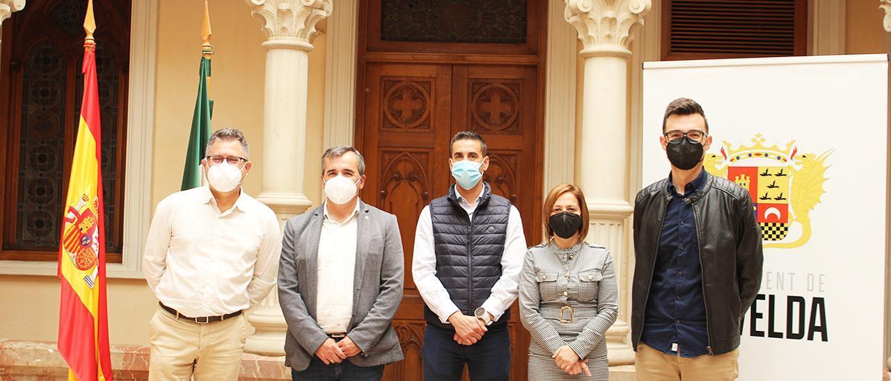 Los alcaldes de Agost, Aspe, La Romana, Monforte y Novelda tras firmar el manifiesto por la uva de mesa.