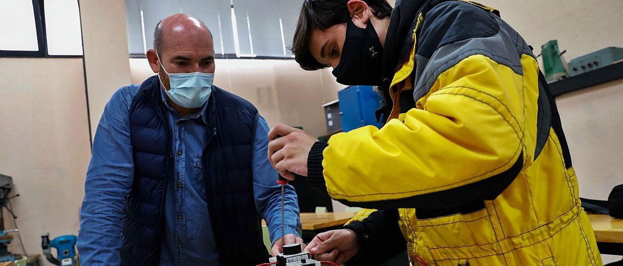 Francisco Javier Rodil profesor de automatismos industriales con el alumno Ignacio Artime Taboadaca.