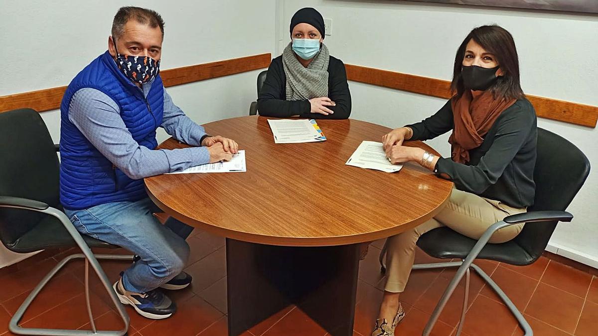 Pep Mayans, Alejandra Ferrer y Ana Juan, tras la firma del convenio.   C.C.