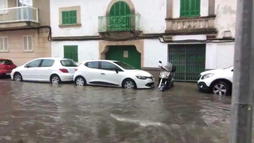 Una tromba de agua anega una calle del Port de Pollença en pocos minutos