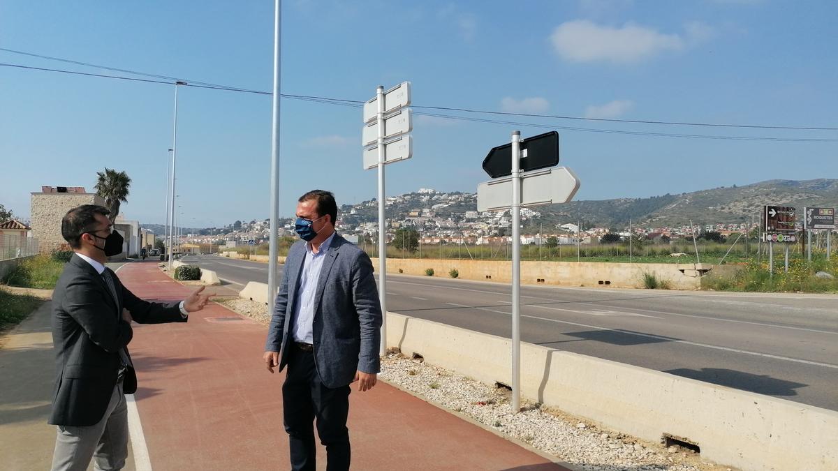 El alcalde de Peñíscola, Andrés Martínez (d), visitó los avances de las tareas en la CV-140.