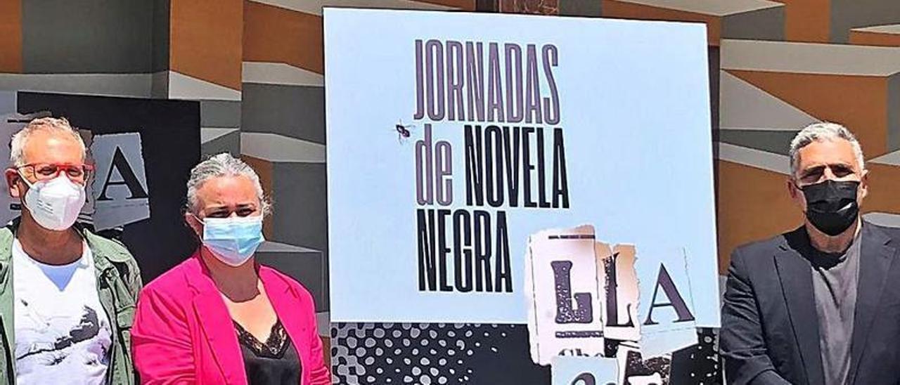 """Por la izquierda, el director de la """"Semana negra"""", Ángel de la Calle; la edil de Cultura, Eva María Pérez, y el promotor de """"Llanegra"""", Alejandro M. Gallo."""