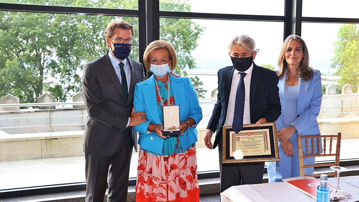 Feijóo entrega la medalla a Socorro García, viuda de Mantilla, en presencia de  Lucy Amigo y otros responsables del colegio.     // FOTOS: ALBA VILLAR