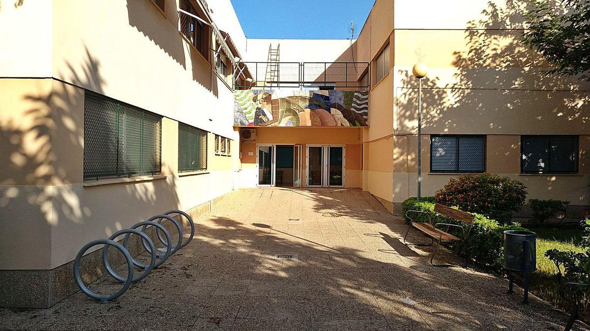 Entrada al colegio Benipeixcar de Gandia, cuyo patio será reformado. | LEVANTE-EMV