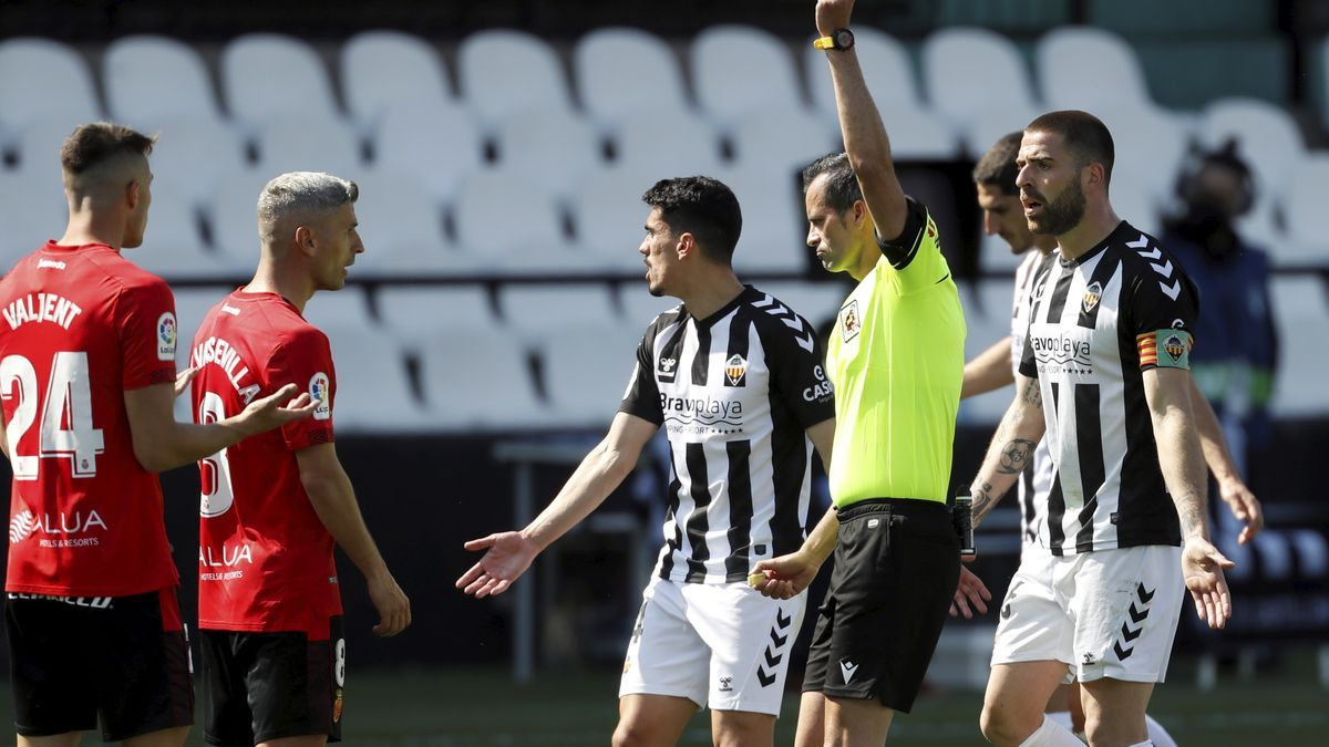 El árbitro del Castellón-Mallorca, Milla Alvendiz, saca una amarilla.