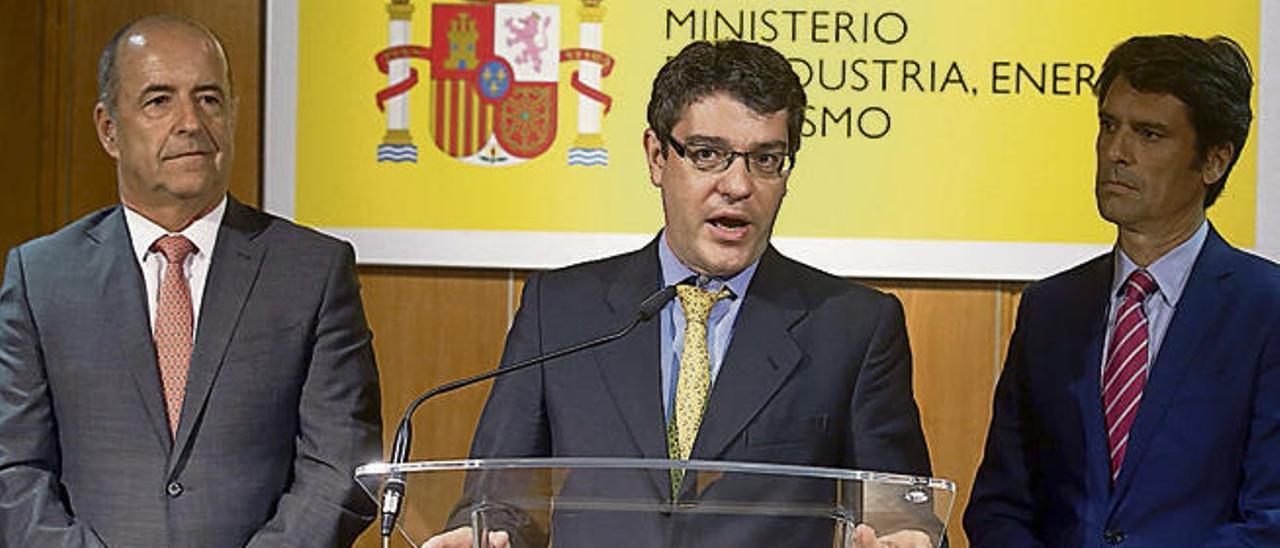 Álvaro Nadal, en el centro, flanqueado por el consejero Pedro Ortega (izda.) y el subsecretario Enrique Hernández Bento.
