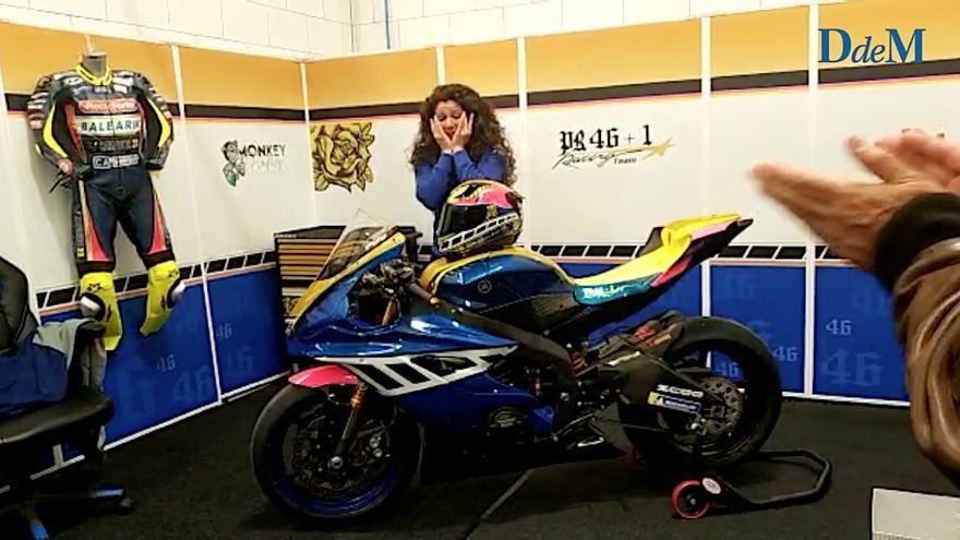 La emoción de la piloto mallorquina Pakita Ruiz al descubrir los colores de su nueva moto