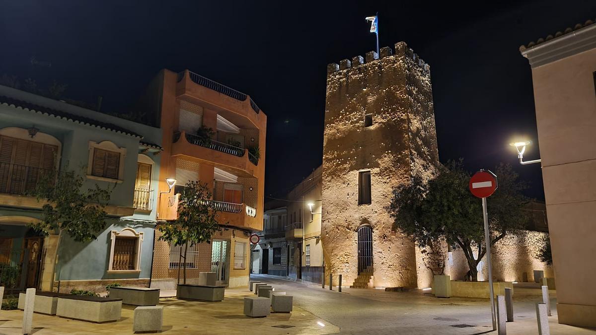 El entorno de la Torre Árabe del siglo XI de Albal, en una imagen nocturna.
