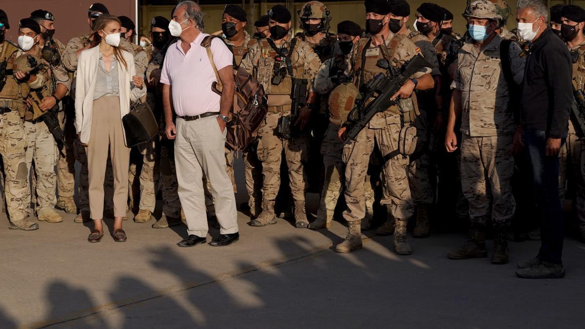 Sánchez recibe el último avión que llega a España con evacuados afganos
