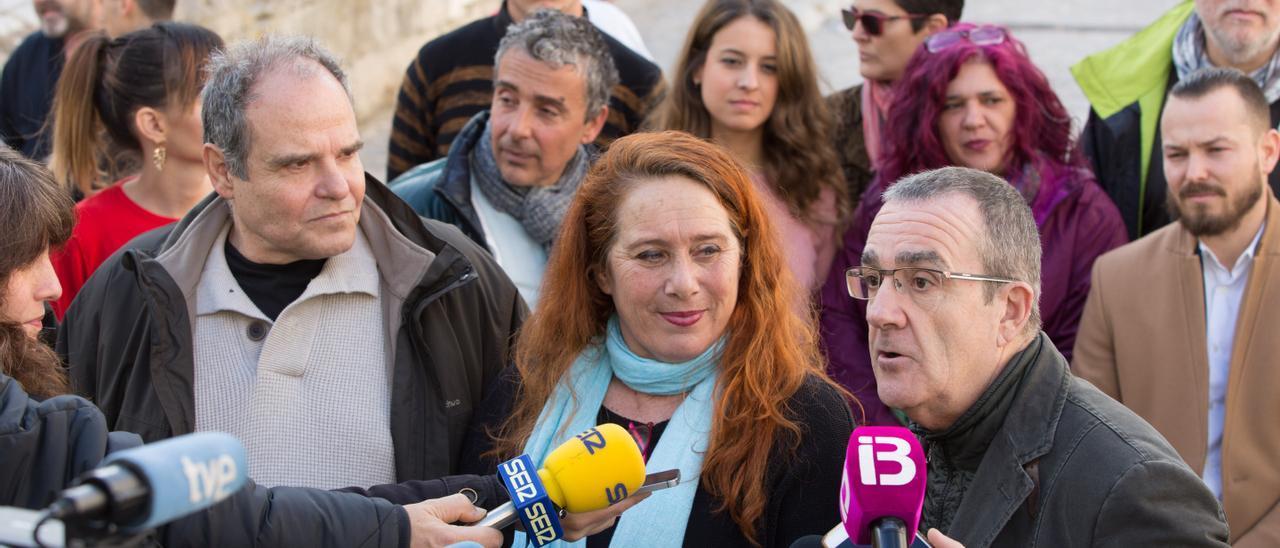 Viviana de Sans, en el centro, escucha a Pedro Yllanes durante un acto de Podemos en Ibiza. Vicent Marí