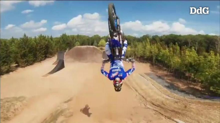 Les increïbles acrobàcies del campió del món de motocròs a Girona a vista de dron