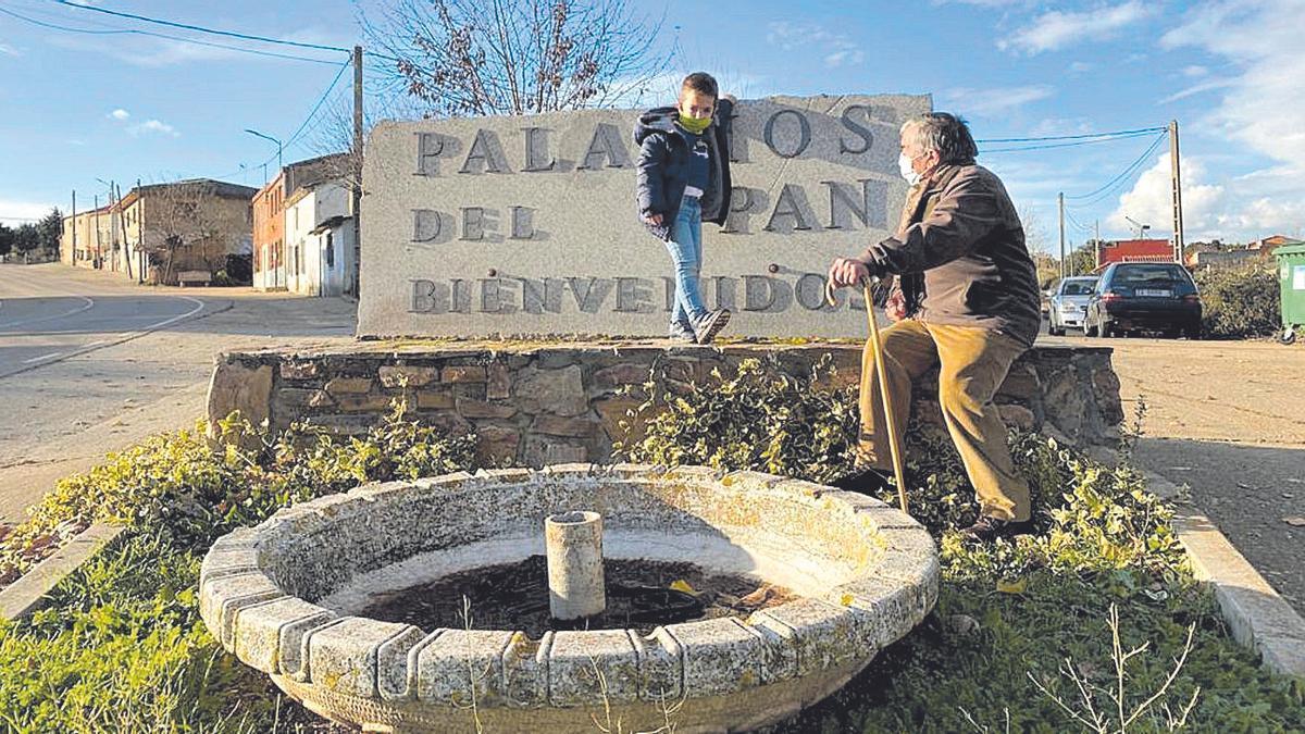 El pequeño Iza con su abuelo en la ficción, Ángel, protagonistas del pueblo de Palacios del Pan.