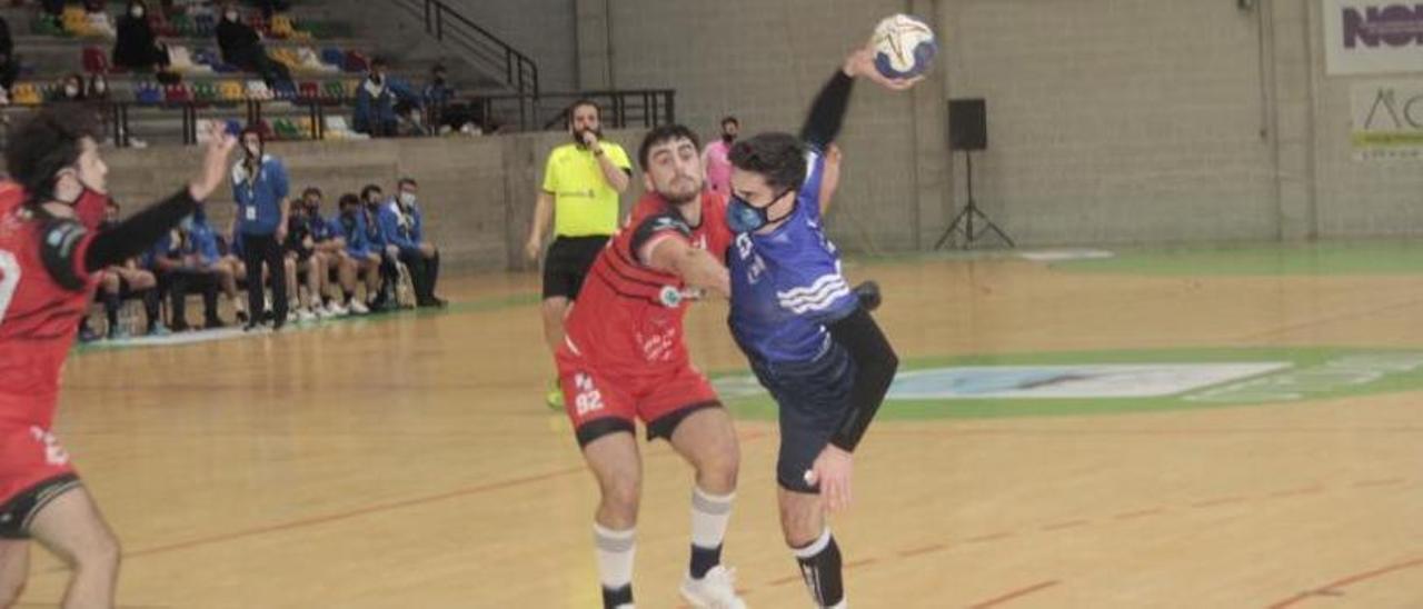 Una acción de un partido anterior del Bueu Atlético. |  // SANTOS ÁLVAREZ