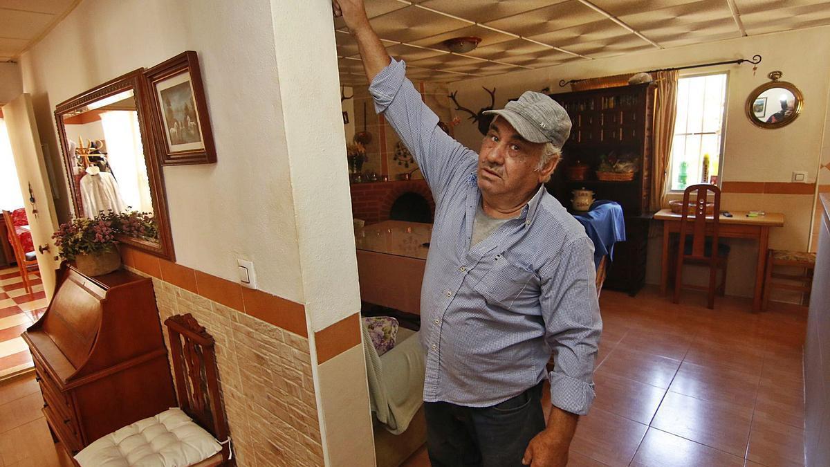 Francisco señala el lugar hasta donde llegó el agua.