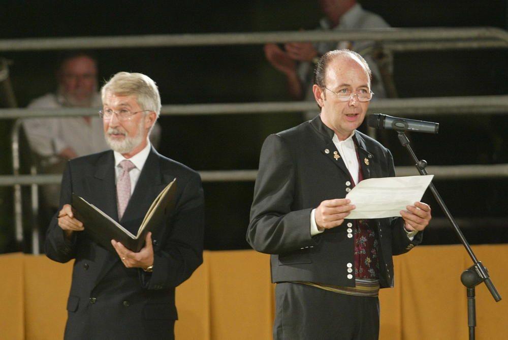 Corte 2005. El notario Salvador Alborch y el secretario Vicente Fayos protagonizaron el momento más emocionante de este acto durante muchas ediciones.