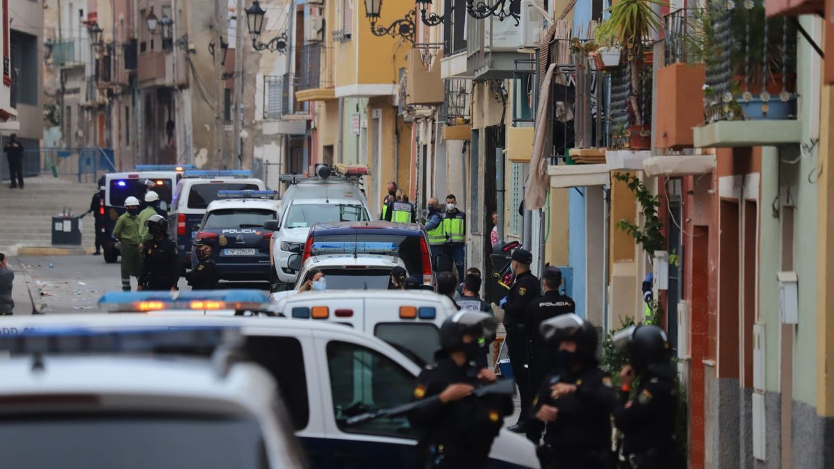 Numerosos agentes, drones y un helicóptero han participado en el espectacular operativo que se ha saldado con varios detenidos