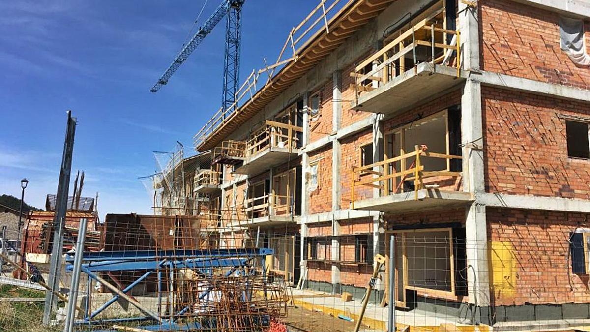 Un edifici en construcció a la zona de creixement urbanístic de Bellver   ARXIU/M.S.