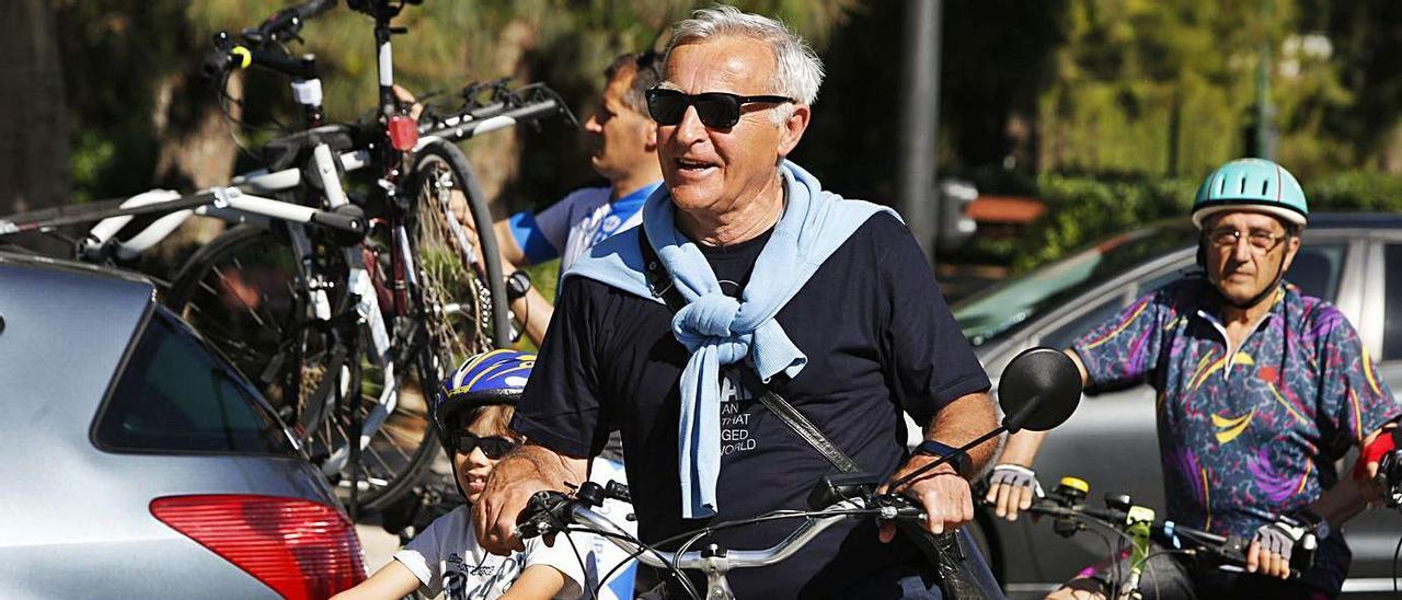 Joan Ribó en una de sus cada vez menos frecuentes salidas en bicicleta por València. | GERMÁN CABALLERO