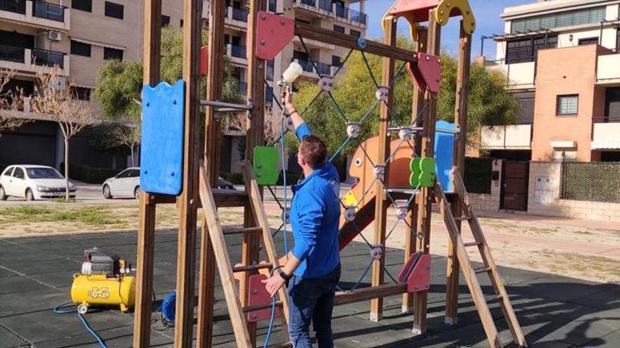 Aplicación de la pintura sobre un parque infantil