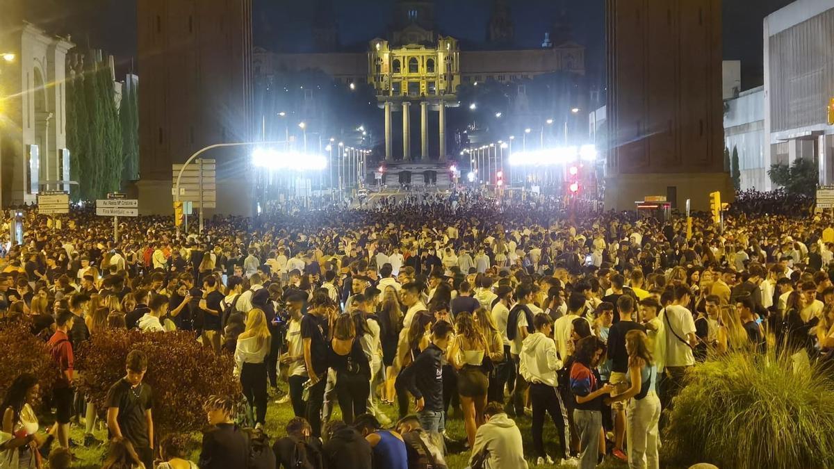 Miles de jóvenes celebran un botellón en Barcelona.