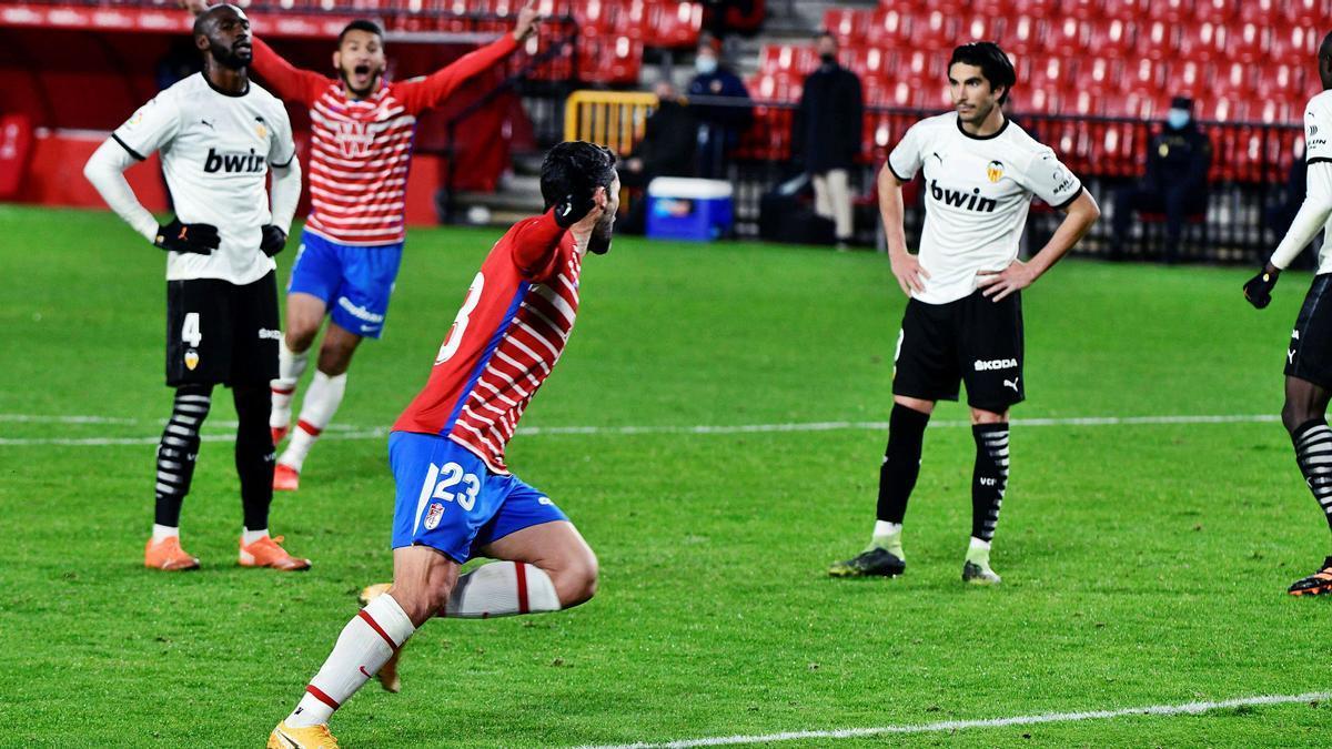 Mangala y Soler se  lamentan con el gol de la victoria local.  efe | EFE