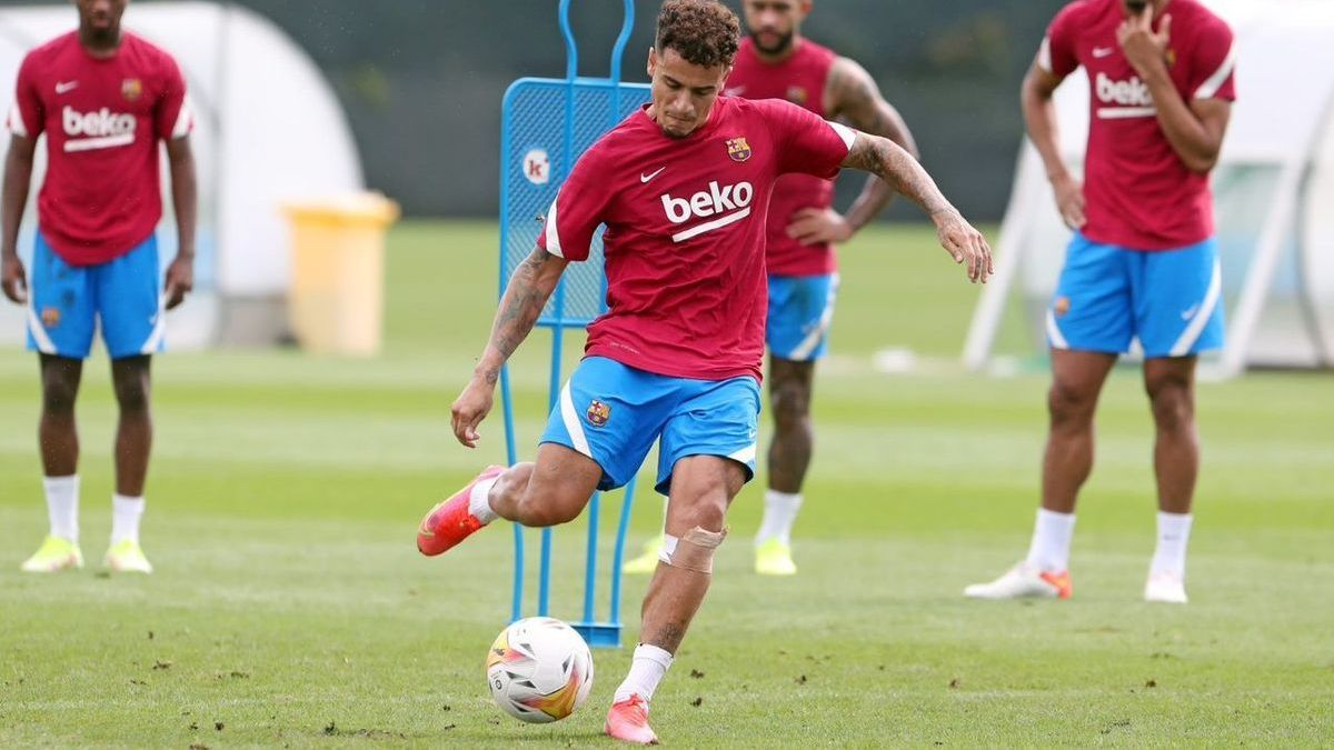 Coutinho shoots at goal in training.