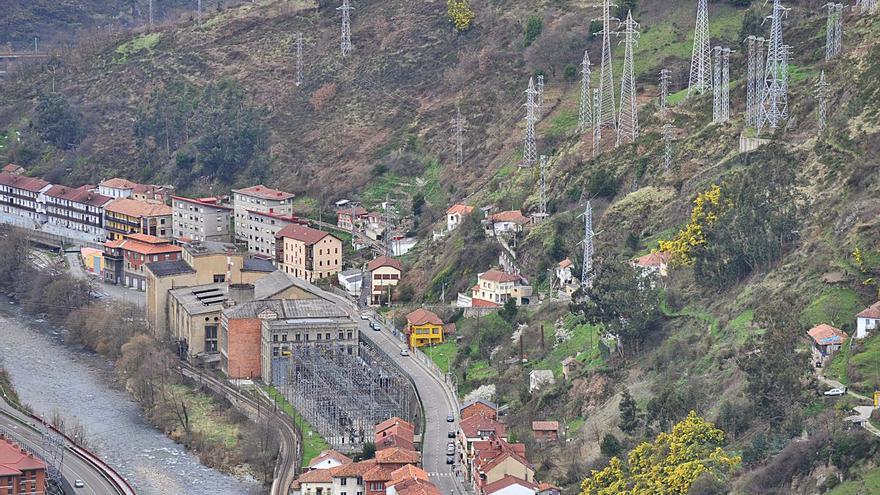 Batalla contras las eléctricas en Mieres: las empresas alegan contra la tasa por la ocupación de terrenos